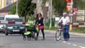 S kočárkem šla přes koleje na červenou