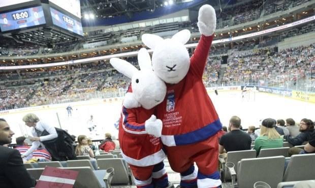 Záhada maskotů na MS v hokeji: Proč Bob a Bobek neumí česky?