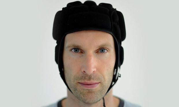 Čech si pohorší s penězi v Arsenalu. Chtějí vydělat na jeho helmě!