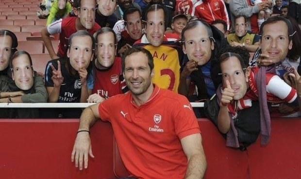 Čech, kam se podíváš! Fanoušci Arsenalu se fotili s novým idolem
