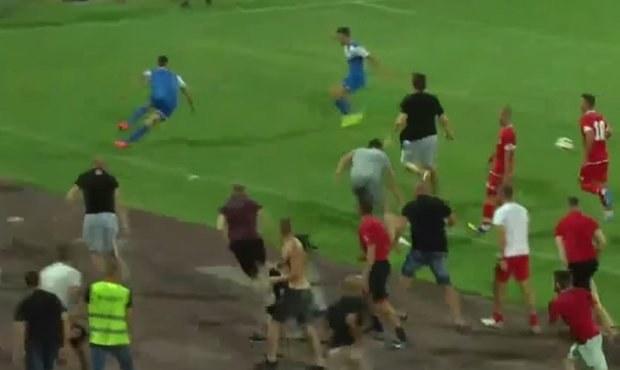 Blázni! Chuligáni CSKA Sofia napadli hráče soupeře, prý hrál tvrdě