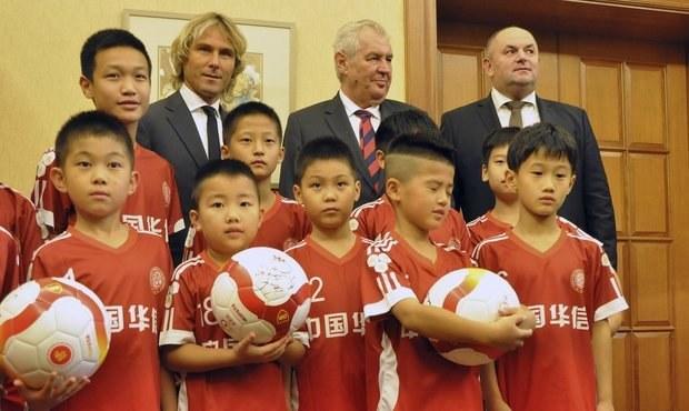 Zeman ukázal Nedvěda malým Číňanům: Je nejlepší na světě