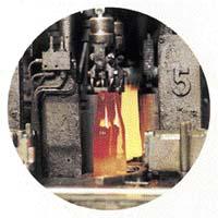 Kapka roztaveného skla dostává tvar láhve během několika vteřin.