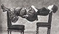 Hypnotizovaná žena z obrázku patří mezi osoby k hypnóze extrémně vnímavé (říkáme jim somnambulní). Hypnotizér takového člověka může uvést do stavu katalepsie, v němž dotyčný zcela znehybní a zůstane ležet jako kláda, i když ho položíte mezi dvě židle