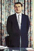 Werner von Braun v době, kdy již pracoval pro vládu USA. Jako hlavní konstruktér stál za vývojem téměř všech amerických raket v padesátých a šedesátých letech. Na vedlejším obrázku je jeho obávaná raketa V 2