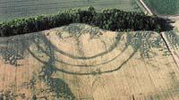 Letecký snímek odhalil hrazení historického sídliště