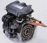 Hybridní motor na obrázku má odmontovanou spojku a převodovku, díky čemuž je krásně vidět plochý elektromotor