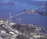 První ze soustavy japonských mostů Niši Seto, vedoucích přes úžinu mezi ostrovy Honšú a Šikoku