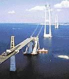Stavba mostu přes úžinu Störe Belt. Pylony mostu jsou vysoké 254 m