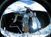 Pohled  na Mir z otevřeného raketoplánu připojeného ke stanici