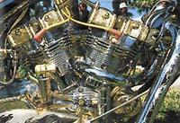 Zdobené motory přímo přetékají z původní konstrukce motocyklu