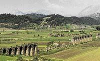 Pozůstatky akvaduktu, který zásoboval vodou ze vzdálených hor starořecké město Aspendos (leží na území dnešního Turecka)