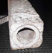 Dříve se k rozvodu vody používaly dřevěné (nahoře), později mramorové trubky. Ve středověku dokonce existovalo speciální zaměstnání - tzv. rourník, který měl na starosti vrtání trubek a výstavbu vodovodů