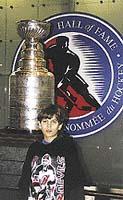 V Hockey Hall of Fame s pohárem Stanley Cup