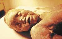 Před 1200 lety zemřela při porodu tato žena asijského původu - její zachovalou mumii vědci objevili uprostřed pouště v Číně