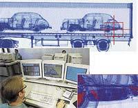 Operátor si může část obrazu zvětšit a sledovat podrobnosti. V tomto případě jsou v rezervním kole osobního automobilu ukryty balíčky s drogou a revolver