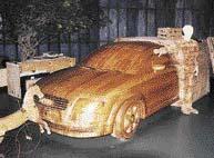 """Dřevěný model Audi TT (i s dřevěným majitelem) v """"životní"""" velikosti byl jedním z nejhezčích exponátů"""