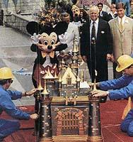 V roce 1995 byla v americkém Disneylandu uložena tato časová schránka v podobě disneyovského zámku. Vyzvednuta bude v roce 2035