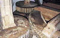 Převody od osy k jednotlivým mlýnským kamenům byly vyrobeny ze dřeva. U nás se většinou používalo tvrdé akátové dřevo