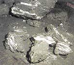 Německá výzkumná loď Sonne zkoumá vrstvy hydrátů metanu u pobřeží Oregonu (USA). Špinavé zablácené kousky hydrátu sestávají z ledu, vápence a usazených kalů