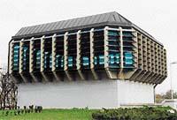 Vyústění nasávací šachty zvenku vypadá jako další provozní budova