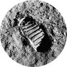 Na povrchu Měsíce astronauti přistáli v červenci 1969 a pobyli tam dvě hodiny. Filmovali, fotografovali, sbírali vzorky půdy
