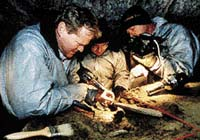 Dick Mol, Alexej Tichonov a Ross Mac Phoe  rozmrazují jednu z částí Jarkovova mamuta