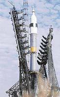 Raketa Sojuz na odpalovací rampě. Jméno nese po vesmírné lodi Sojuz, kterou ukrývá pod svým aerodynamickým štítem