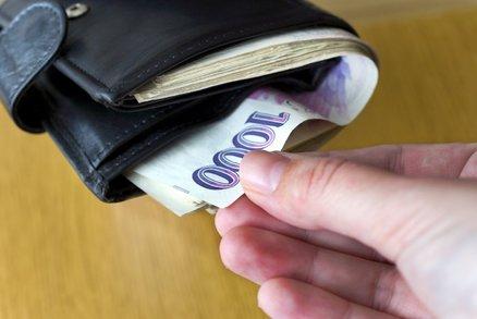 V Brně se objevil gang zlodějů, který okrádá důchodce: Dva zabavili stařečka, třetí mu vzal peněženku