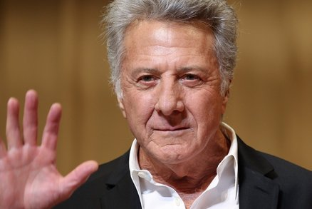Osahávání v rozkroku a nahá masáž: Dustina Hoffmana obvinily 3 ženy v kauze #metoo
