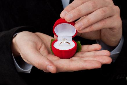 Velký přehled historie zásnubních prstenů: Proč je nosíme na levé ruce?