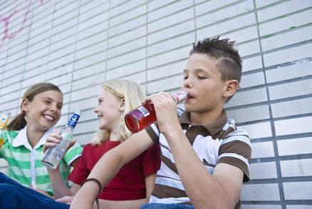 Popíjejících dětí ubývá a alkohol zkouší později. Jak je na tom české mládí?