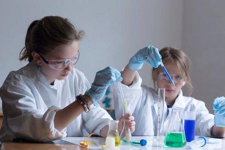Chemie na školách bude bez pokusů. Kyseliny a kahan jsou prý příliš nebezpečné