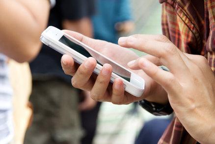 Mobil mají už skoro všichni Češi nad 16 let. A častěji jsou s ním i na webu
