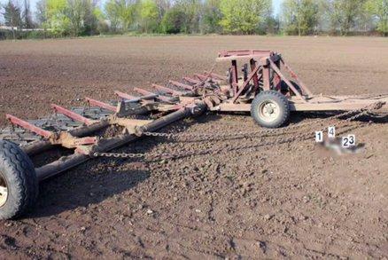 Traktorista našel mrtvého chlapečka na poli: Ležel tam týden, narodil se zdravý