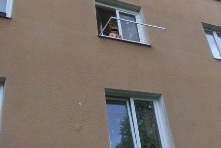 Batole sedělo v Litvínově na okně v druhém patře: Jeho matka zatím v klidu spala