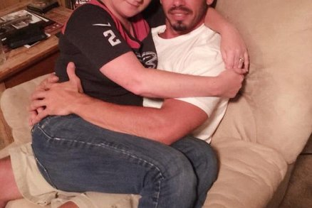 Žena dala výpověď v práci, aby mohla kojit svého 36letého přítele