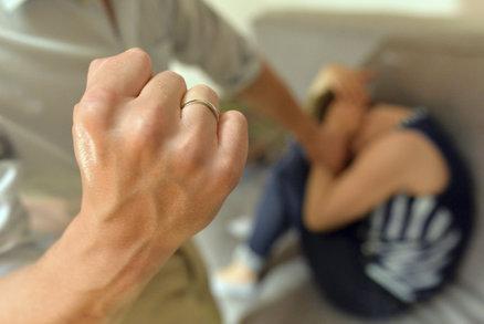 »Tatínek« dívce (8) oholil hlavu a bez jídla ji zavřel na několik dní do sklepa