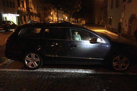 Matka nechala syna (2) zamčeného v noci v autě a šla pařit do klubu