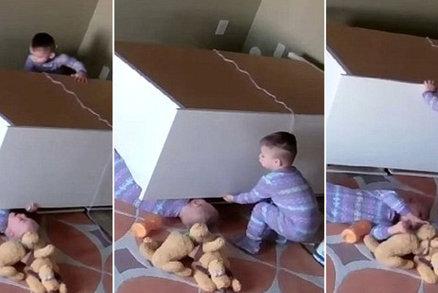 Skříň zavalila malého chlapečka (2): Zachránilo ho jeho dvojče!