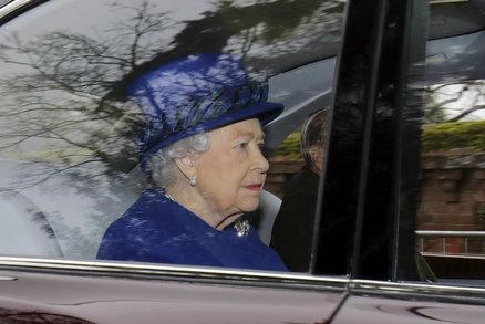 Británii spadl kámen ze srdce: Královna Alžběta (90) po nemoci přišla na mši