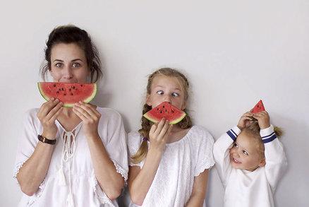 Matka se fotí s dcerami (10 a 3 roky): Stejně se oblékají a češou