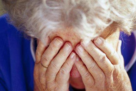 Šikana a ponižování seniorů v pobytových zařízeních. Vyřešit by to měla novela zákona. Kdy se projedná?