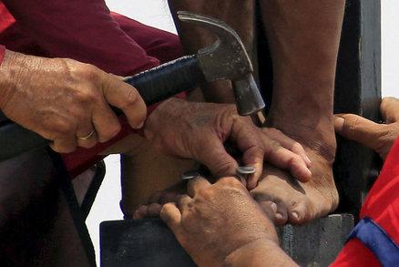 Ukažte, jak Ježíš trpěl, vyzval pastor studenty. Děti ho zmlátily do krve
