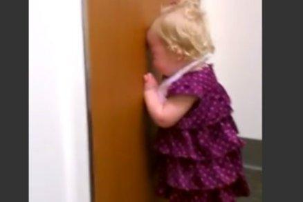 Holčička na videu hystericky křičí: Neee! Sestřičku? Neee!