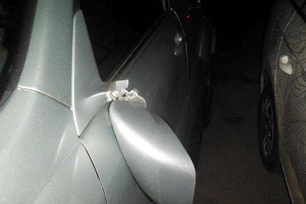 Žena na Žižkově ve vzteku utrhla zrcátka u auta: Chtěla se pomstít partnerovi