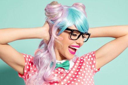 Test růžových, šedých a modrých barev na vlasy z drogerie: Jak rychle se vymývají?