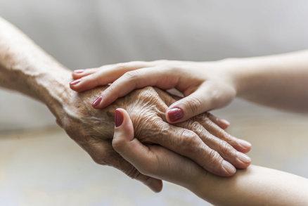 Vrásčité ruce: Jak předejít vráskám a stařeckým skvrnám?