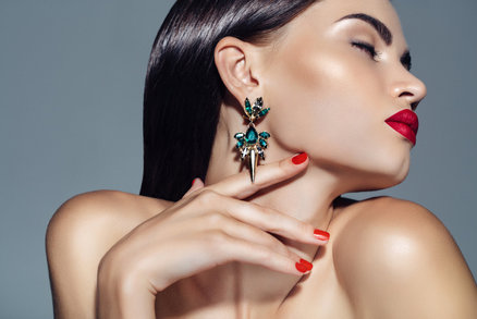 100 let náušnic a piercingů: Piercing v nose není tak úplně novým trendem!