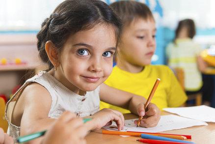 Zkřížená lateralita může za problémy s psaním i čtením! Nemá ji vaše dítě taky?